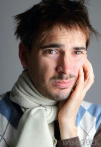 Signes du gonflement du visage: douleur, trace rouge, hématome, migraine, ...
