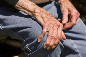 Manifestations de la maladie de Parkinson : mouvements ralentis, élocution ralentie, rigidité, tremblements des extrémités en repos, ...