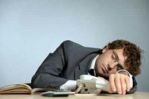 Manifestations de la narcolepsie : hypersomnolence, difficulté à s'endormir la nuit, plusieurs réveils nocturnes, ...