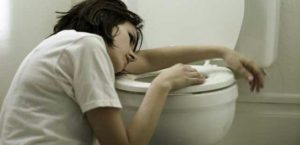 L'intoxication à l'antimoine par voie orale cause des troubles gastriqes et intestinaux, nausées, vomissements, ...