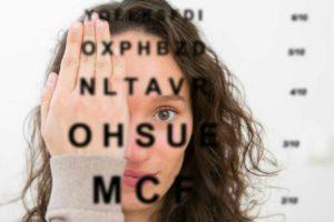 Manifestations de l'hypermétropie : vision de près floue, lecture difficile, douleur oculaire, sensation de brûlure, tension, ...