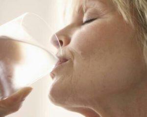 Manifestations de la polydipsie : soif intense, douleur à la miction, bouche sèche, crampes, myalgies, nausées, ...