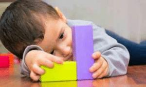 Symptômes de l'autisme : l'enfant est indifférent aux bruits, reste seul et s'isole, a du mal à s'exprimer, ...