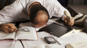 Symptômes du burn out : fatigue importante, troubles de l'endormissement, confusion, ...