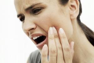 Symptômes de la rage de dents : douleur violente ou supportable, localisée ou diffuse, inflammation de la joue, mauvaise haleine, ...