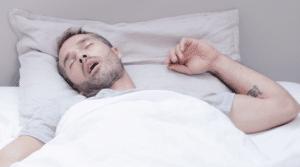 Manifestations du ronflement : Émission de bruit respiratoire accompagnée dans certains cas d'apnée de sommeil, hypertension artérielle, ...