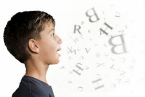 Manifestations de la dysarthrie : difficulté à articuler et s'exprimer fort, lenteur, monotonie, ...